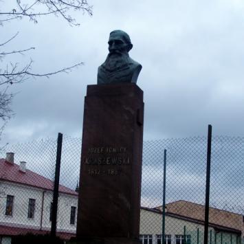 Pomnik Kraszewskiego w Białej Podlaskiej