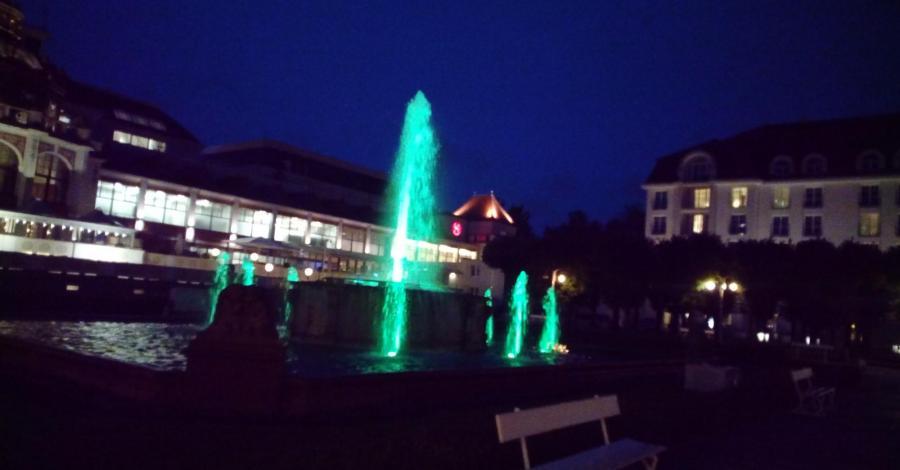 Kolorowa fontanna w Sopocie - zdjęcie