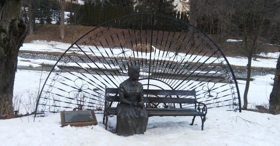 Ławeczka Anny Potockiej w Rymanowie Zdroju - zdjęcie