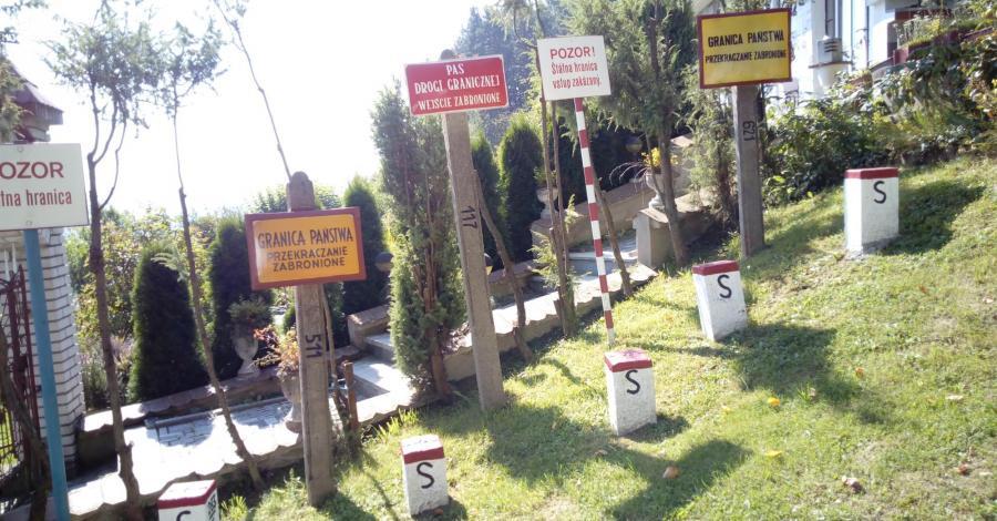 Plenerowa ekspozycja słupów granicznych w Krynicy Zdroju - zdjęcie