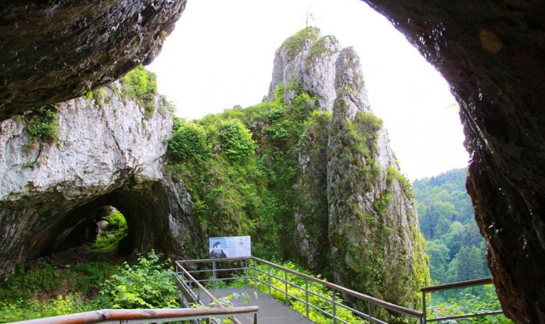Wejście do Jaskini Ciemnej w Ojcowie na Jurze - jest to o tyle ciekawa jaskinia, że zwiedza się ją przy blasku świec, ma to swój klimat
