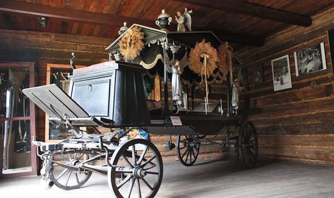 Mroczny obrazek ze skansenu w Dobczycach, to pogrzebowy wóz do przewozu trumien
