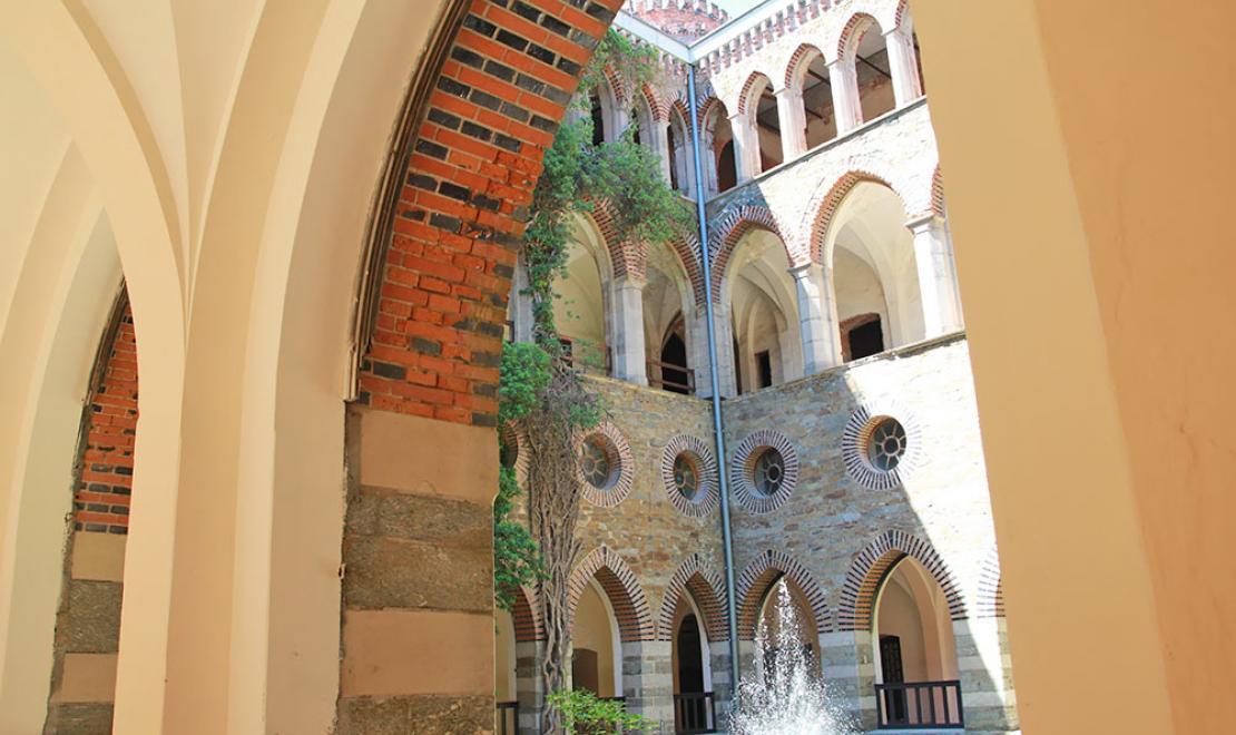Dzieciniec pałacu, fontanny zostały oddane do użytku całkiem niedawno, niegdyś w kompleksie pałacowym było ich kilkadziesiąt