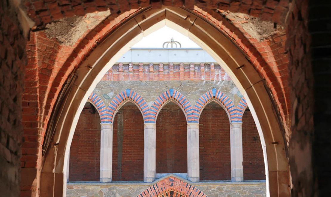 Pałac zachwyca na każdym kroku, jego budowa rozpoczęła się w 1838 roku, a oficjalnie zakończyła dopiero w 1872 roku, w międzyczasie odbył się rozwód Marianny Orańskiej, który utrudniał prace nad budowlą