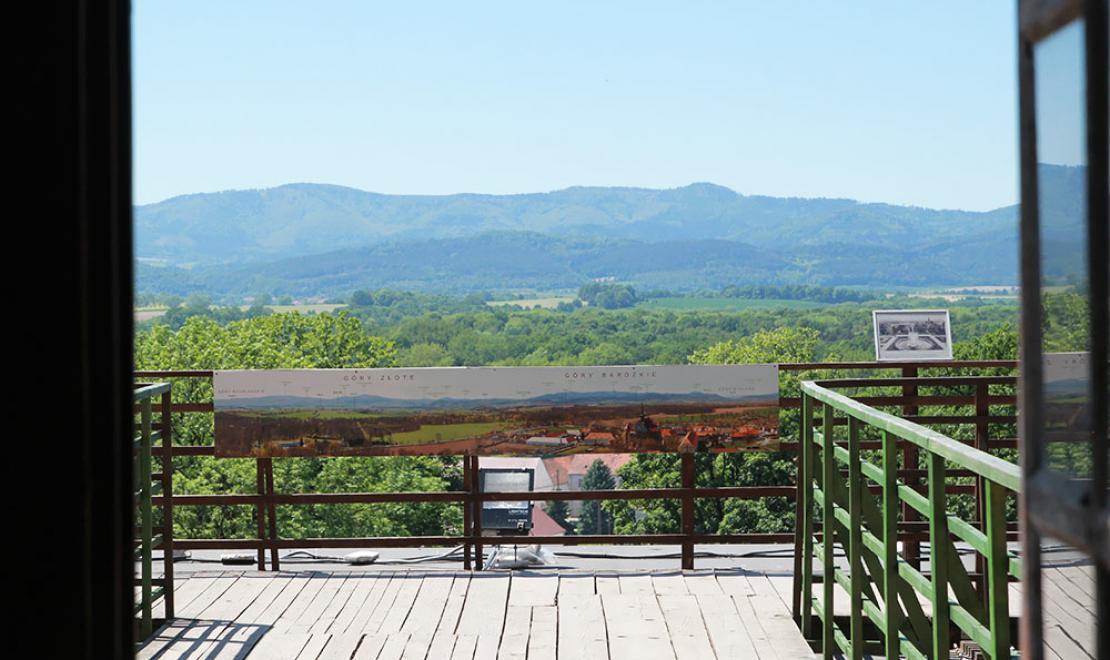 Widok z tarasu górnego pałacu na Góry Bardzkie i Góry Złote