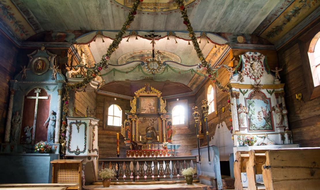Wnętrze drewnianego kościółka w Skansenie