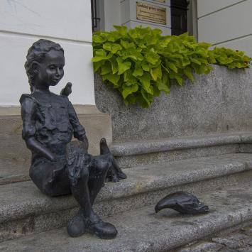 Dzieci Głogowskie - dziewczynka z gołębiami