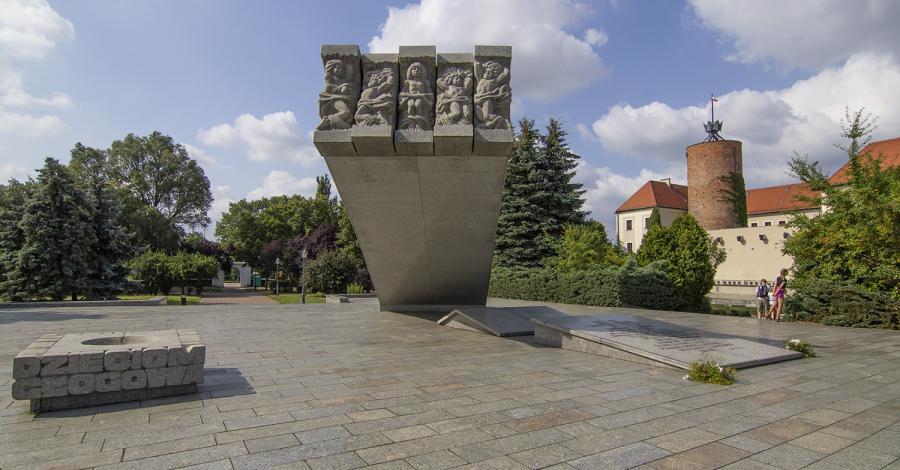 Pomnik Dzieci Głogowskich, Anna Piernikarczyk