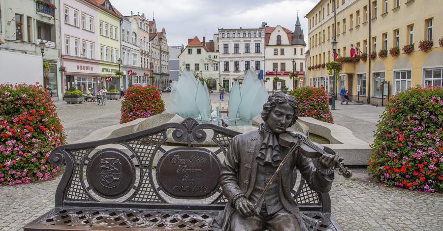 Ławeczka Telemanna w Żarach - zdjęcie