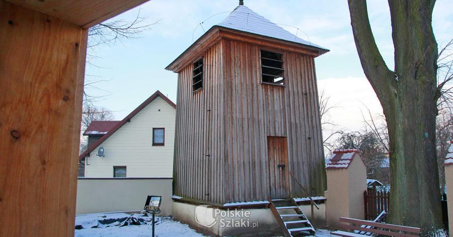 Drewniana dzwonnica w Zrębicach - zdjęcie