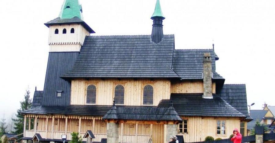 Zakopiańskie Krupówki i kościół w Witowie. - zdjęcie
