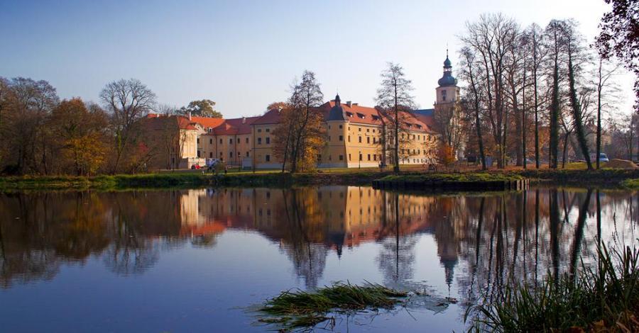 Zespół poklasztorny w Rudach jesienią - zdjęcie