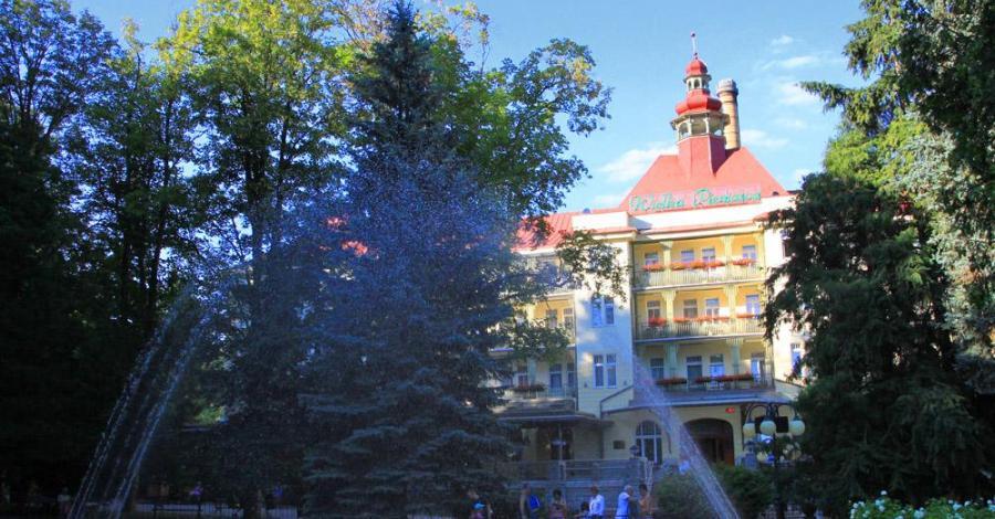 Kolorowa fontanna w Polanicy Zdroju - zdjęcie