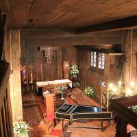 Wnętrze drewnianego kościoła