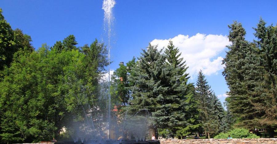Kolorowa fontanna w Dusznikach Zdroju - zdjęcie