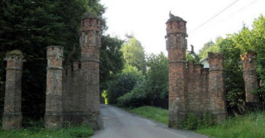 Brama Zwierzyniecka w Tenczynku - zdjęcie