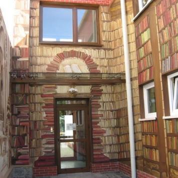 Malowidło na budynku Biblioteki w Ustroniu