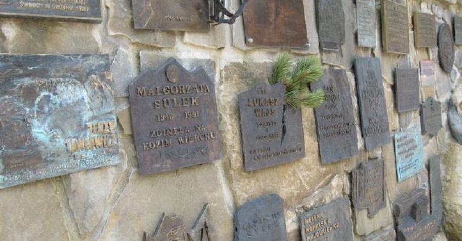 Symboliczny cmentarz ofiar gór Wiktorówki - zdjęcie