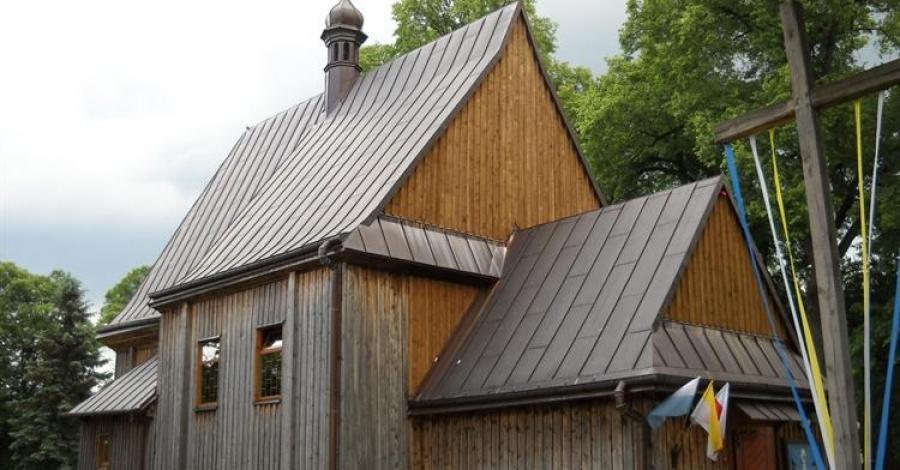 Drewniany kościół w Dąbrówce - zdjęcie