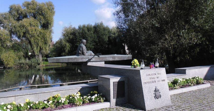 Pomnik Karola Wojtyły w Zbąszyniu - zdjęcie