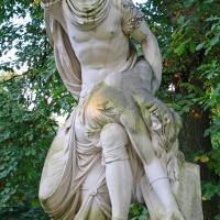 Rzeźba z białego marmuru
