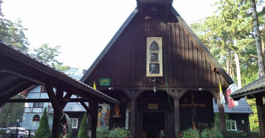 Drewniany kościół w Dębkach - zdjęcie