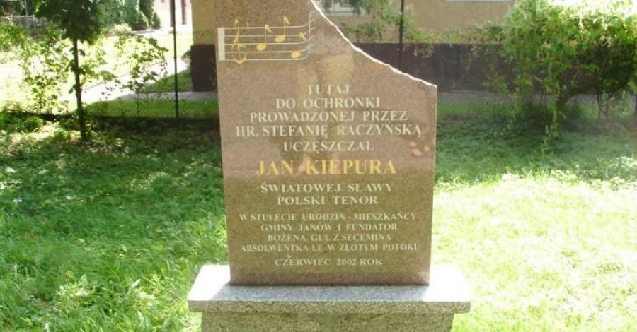 Obelisk Jana Kiepury w Złotym Potoku, mokunka