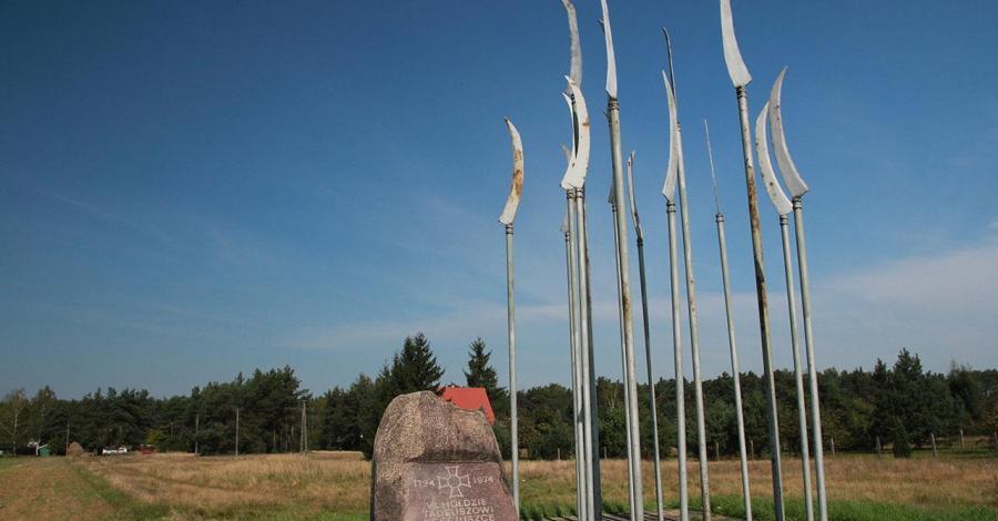 Pomnik z kosami w Maciejowicach - zdjęcie