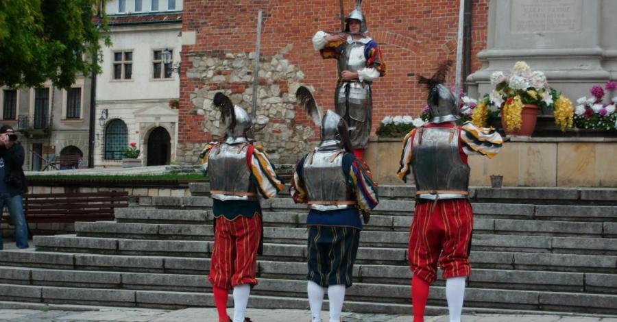 Zmiana warty na rynku w Sandomierzu - zdjęcie