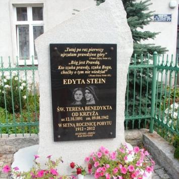 Obelisk Św. Edyty Stein w Dusznikach Zdroju