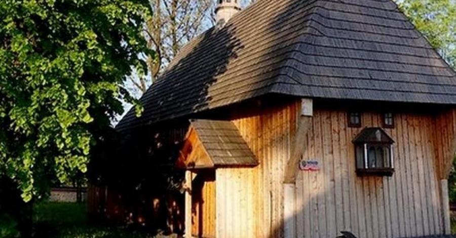 Drewniany kościół w Rodakach - zdjęcie