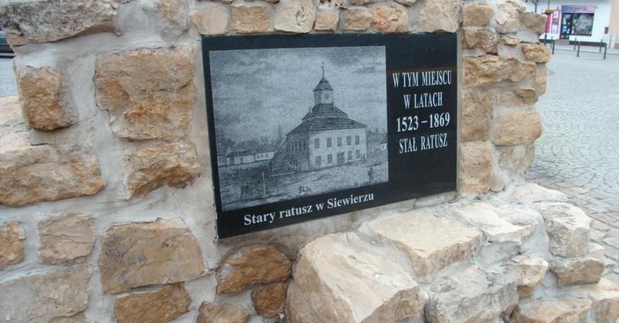 Obelisk upamiętniający Ratusz w Siewierzu - zdjęcie