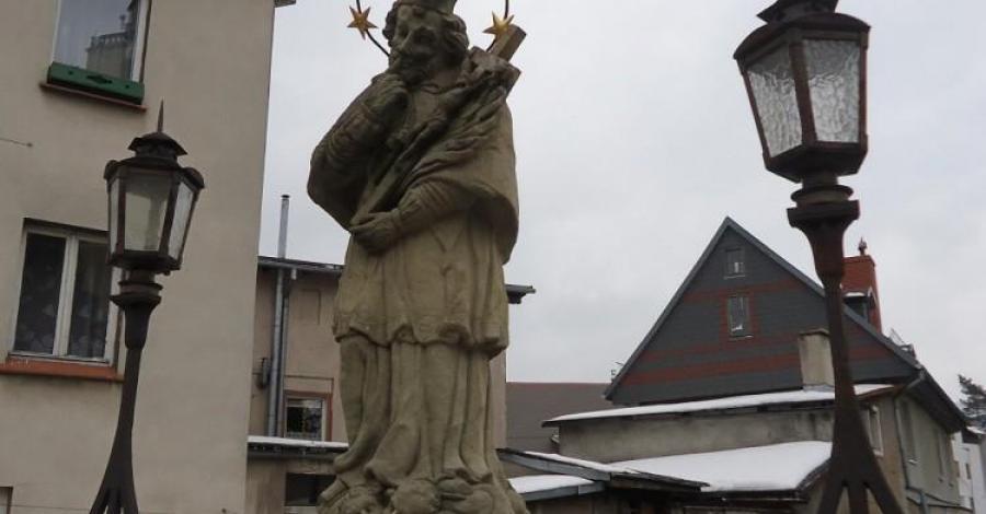 Pomnik Św. Jana Nepomucena w Kowarach, Ela