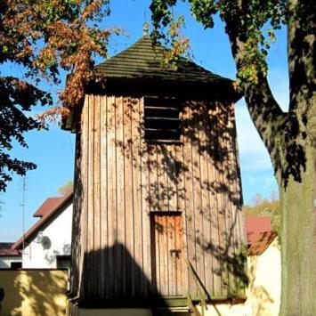 Drewniana dzwonnica w Zrębicach