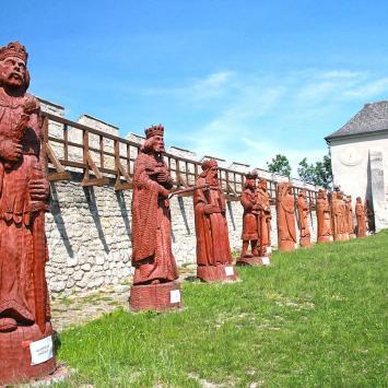 Rzeźby królów na zamku w Szydłowie