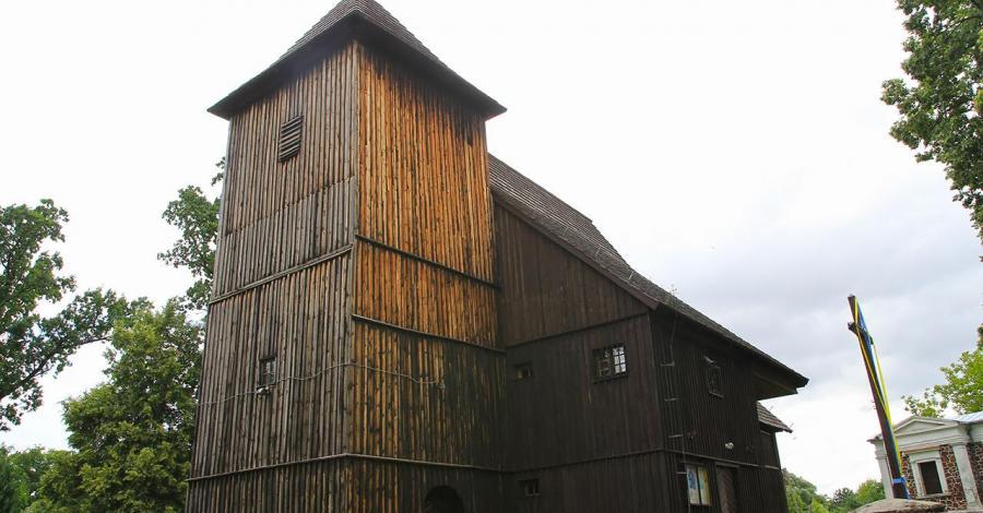 Drewniany kościół w Biskupicach - zdjęcie