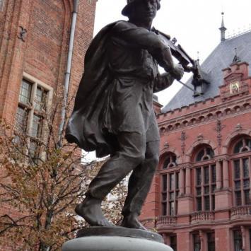 Pomnik Flisaka na Rynku w Toruniu