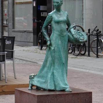 Pomnik piernikarki w Toruniu