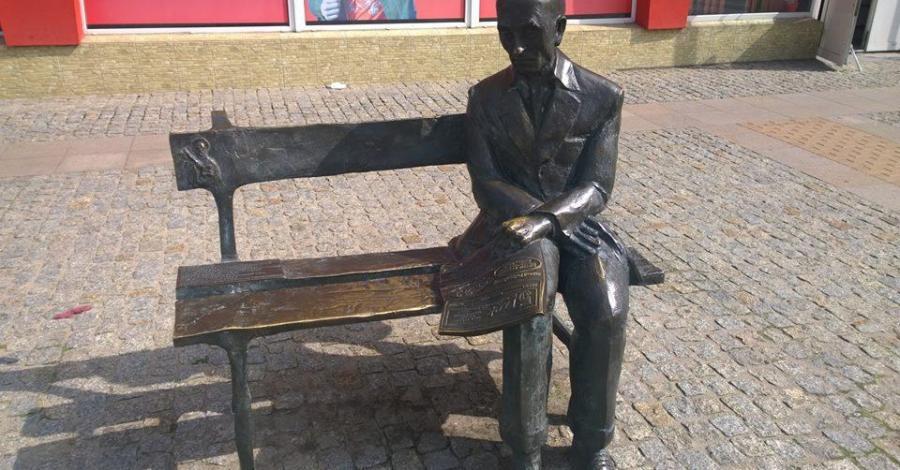 Ławeczka Roberta Bartołda w Ciechanowie - zdjęcie