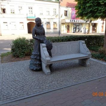 Ławeczka Konopnickiej w Suwałkach