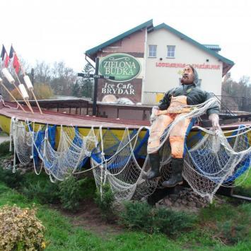 Postać rybaka z łódką w Chłopach
