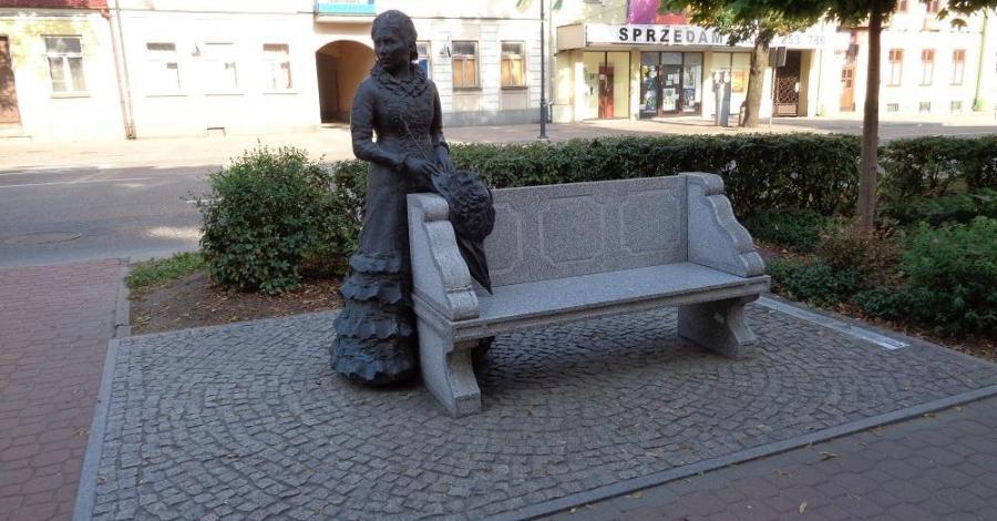 Ławeczka Konopnickiej w Suwałkach - zdjęcie
