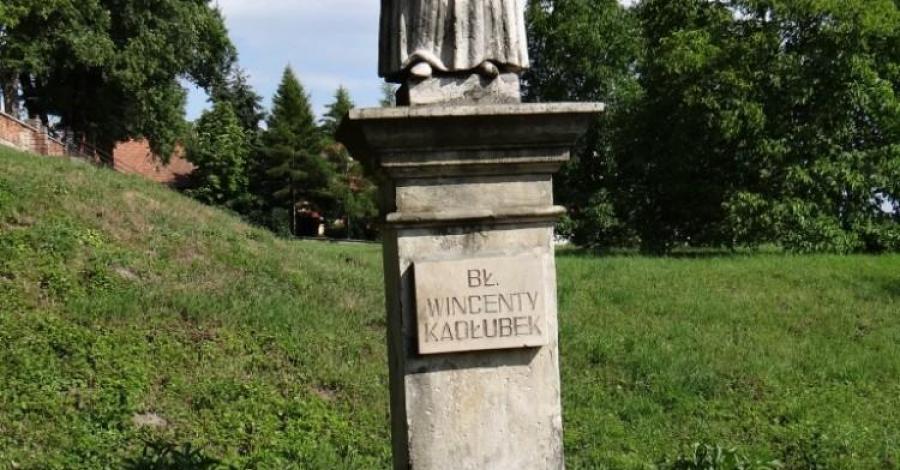 Pomnik Wincentego Kadłubka w Sandomierzu - zdjęcie
