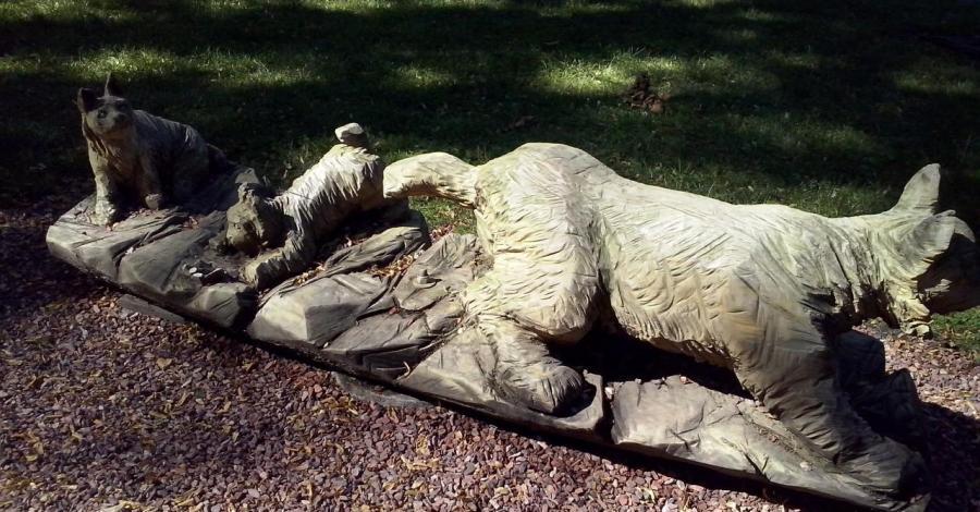 Rzeźby twórcow ludowych w parku - zdjęcie