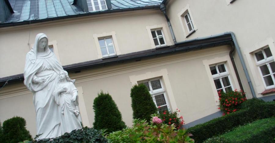 Klasztor z wirydarzem na Górze Św. Anny - zdjęcie