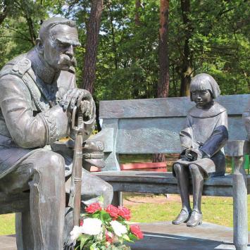 Ławeczka Józefa Piłsudskiego w Sulejówku