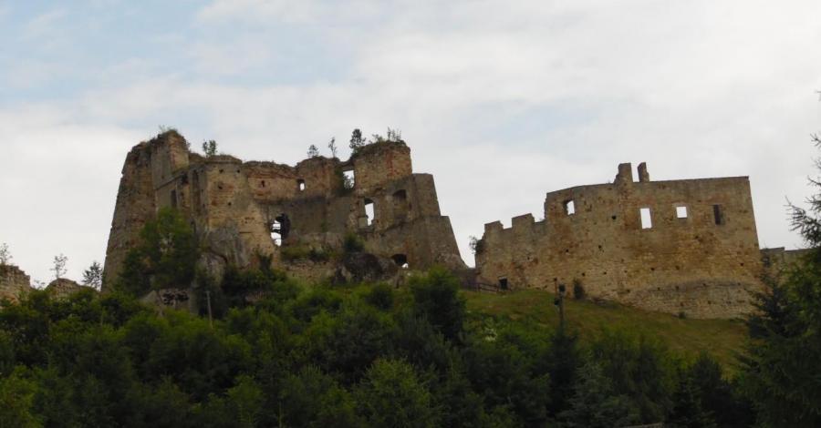 Kamieniec zamek na wzgórzu. - zdjęcie