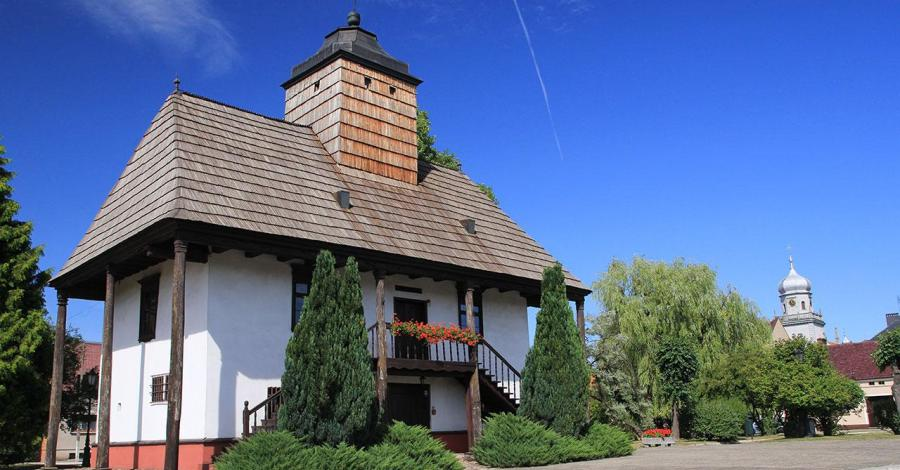 Drewniany Ratusz w Sulmierzycach - zdjęcie
