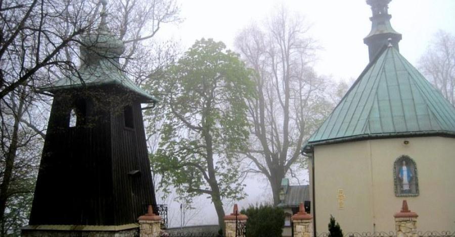 Drewniana dzwonnica w Sąspowie - zdjęcie