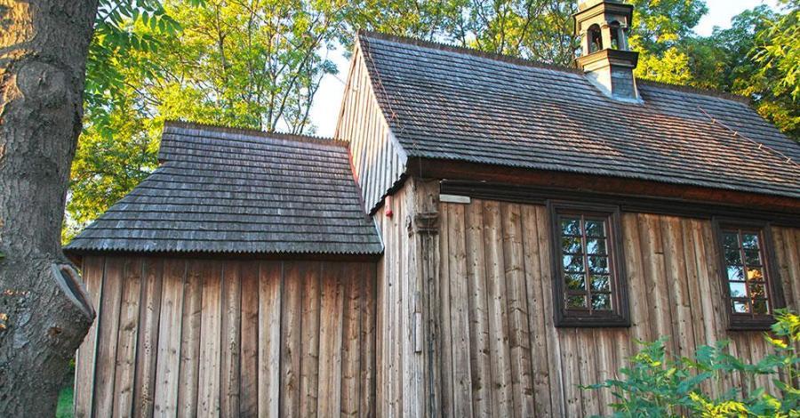Drewniany kościół w Busku Zdroju - zdjęcie